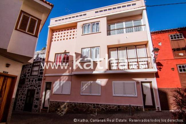 Large house with roof terrace located in the heart of Tazacorte