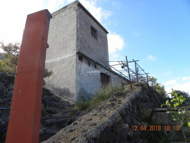 Wine country house with building in need of restoration on La Palma