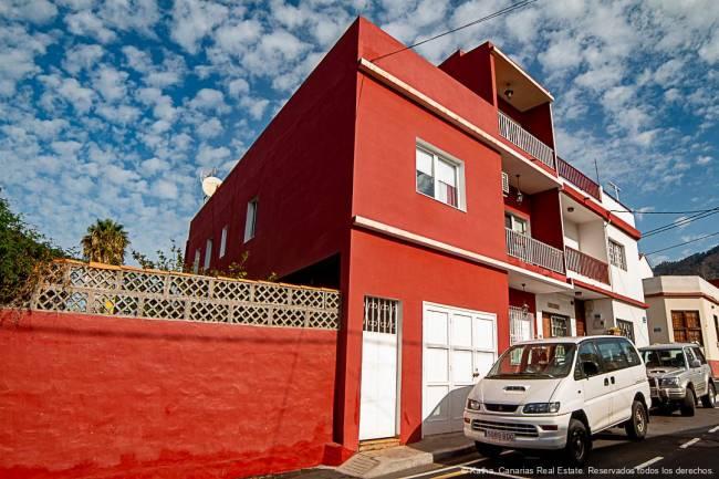 Grand immeuble résidentiel et commercial