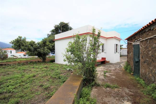 Villa with agricultural land