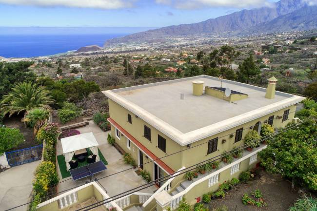 Large house with garage and garden in Las Manchas