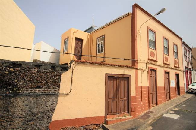 Large Canarian house in need of renovation
