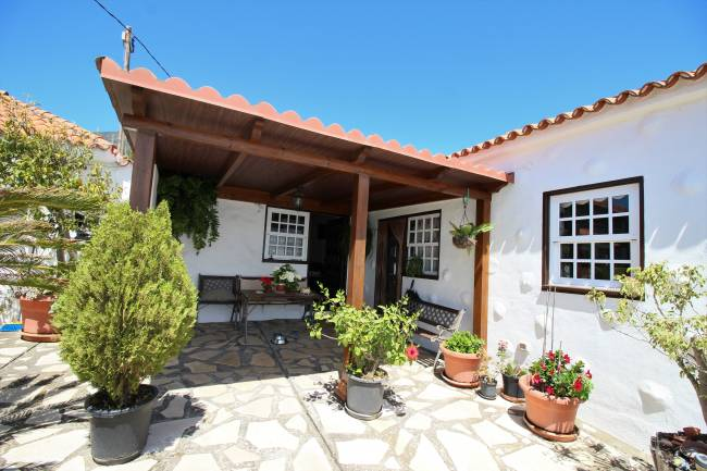 Canarian property with house and bodega