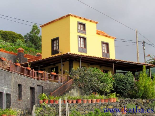 Two-family house with bodega in Las Manchas