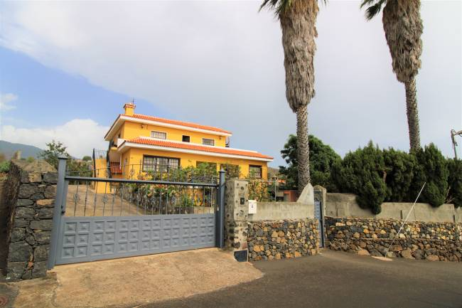 Large house with land and views in Breña Alta