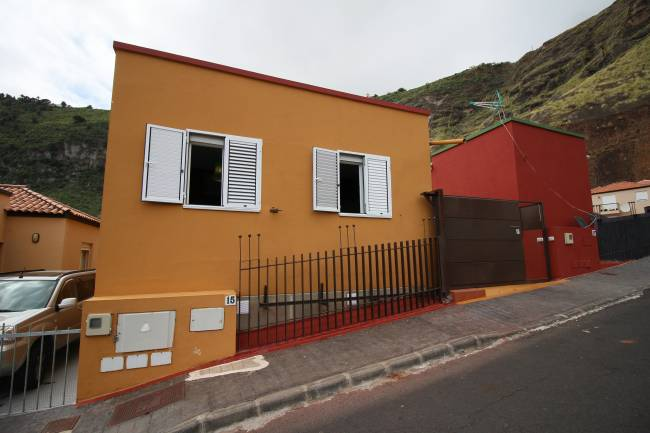 House with two apartments and rental license