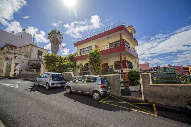 Bright house with land to build in the center of Tazacorte