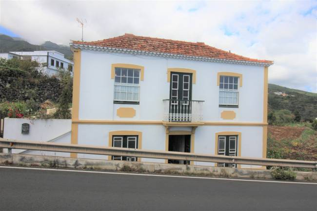Canarian house with land in La Galga