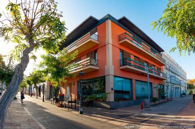 Complete building located on Calle Real de Los Llanos