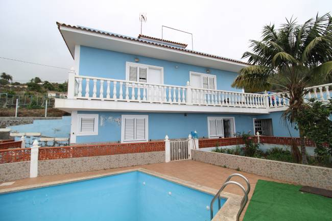 Villa with pool divided into 2 apartments