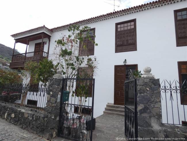 Tenerife Large manor house located directly on the Drago Milenario